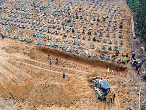 MANAUS, AM - 21.04.2020: COVA IMENSA ABERTA EM CEMITÉRIO DE MANAUS - Covas abertas no Cemitério Parque de Manaus, na manhã desta terça-feira (21), no bairro tarumã, zona oeste da cidade de Manaus. Em nota, a Prefeitura de Manaus proibiu a entrada da Imprensa e os enterros só podem ser acompanhados por cinco familiares por sepultamento. (Foto: Sandro Pereira /Fotoarena/Folhapress) ORG XMIT: 1906102 ***PARCEIRO FOLHAPRESS - FOTO COM CUSTO EXTRA E CRÉDITOS OBRIGATÓRIOS***