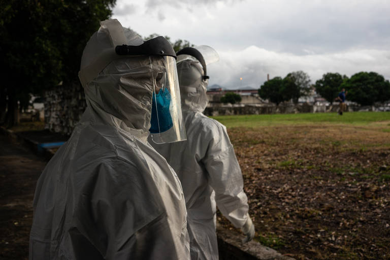 Mortos com coronavírus são sepultados em cemitério do Rio
