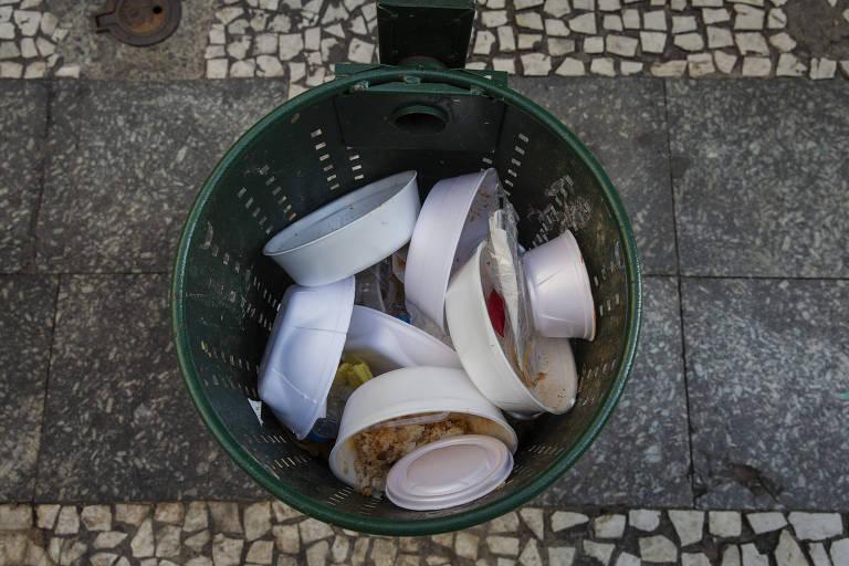 Voluntários distribuem mil marmitas por semana em SP