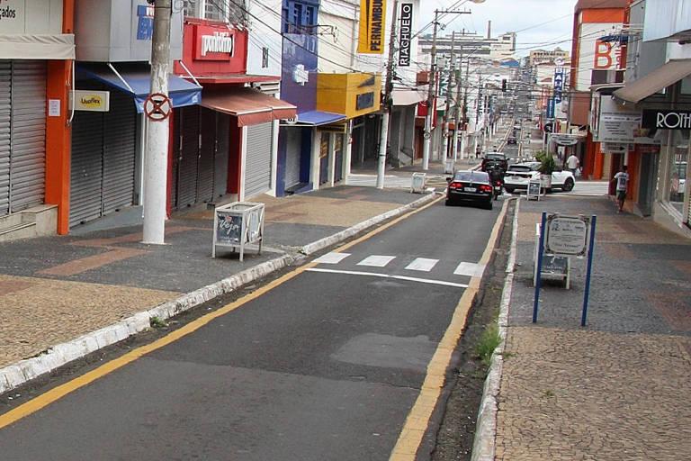 Comércio fechado em Marília (SP), uma das cidades que quer fazer testes para acelerar reabertura