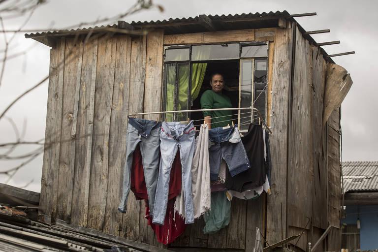 Morador em barraco de madeira