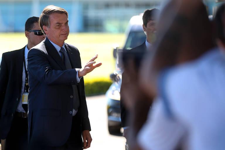 O presidente Jair Bolsonaro cumprimenta apoiadores em frente ao Palácio da Alvorada