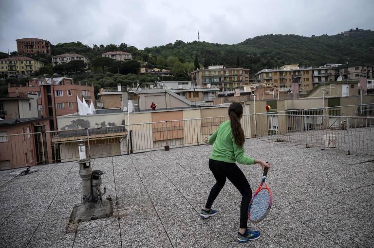 Na Itália, vizinhas jogam tênis no terraço de seus prédios durante a quarentena