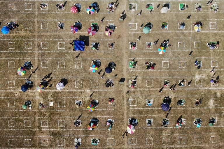 Coveiros descansam em cemitério na Indonésia; veja fotos de hoje