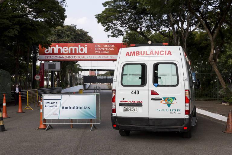 Movimentação na entrada do hospital de campanha montado no Anhembi (zona norte da capital paulista)