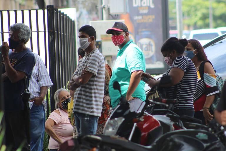 Pacientes em fila na frente da Policlínica Metropolitana, em Belém (PA), nesta quarta-feira (22)