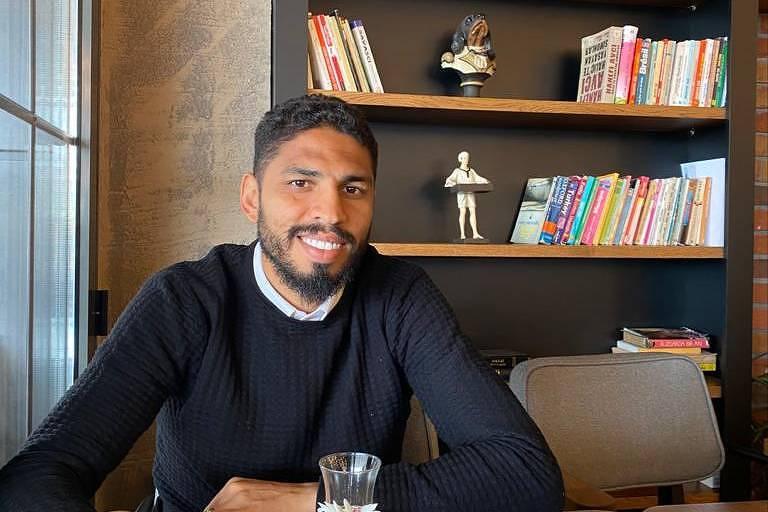 Zagueiro Wallace, hoje no Göztepe, da Turquia, é um adepto dos livros e já teve até um blog sobre literatura
