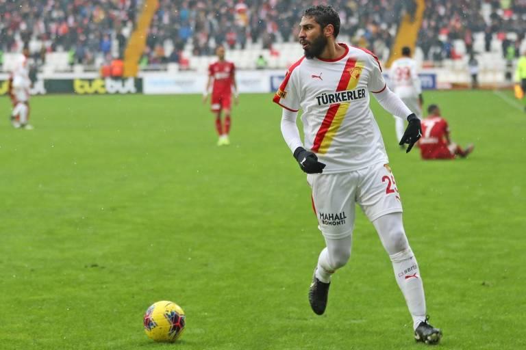 O zagueiro brasileiro Wallace, ex-Corinthians e Flamengo, em ação pelo Göztepe, da Turquia