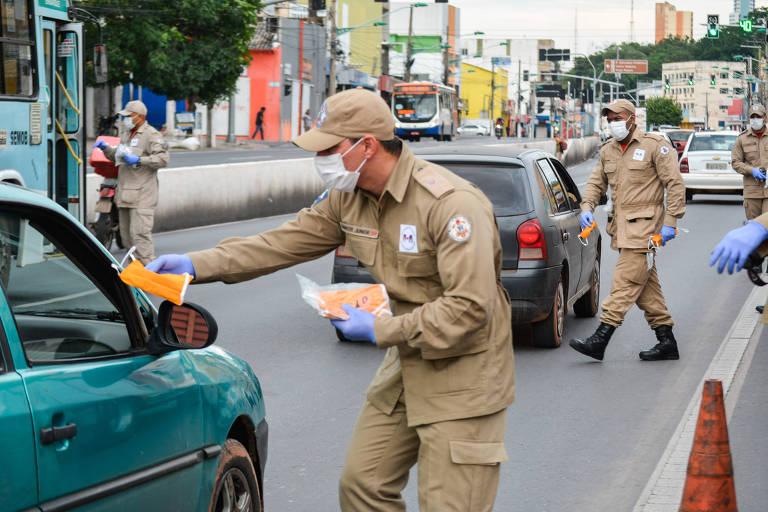 Agente entrega máscara para combate ao novo coronavírus em Mato Grosso