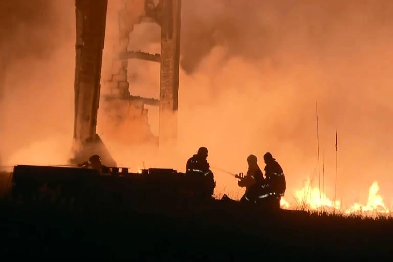 Incêndio destrói um galpão nesta quarta-feira (22) em Itapevi, na Grande São Paulo; número de incêndios aumentou durante a quarentena