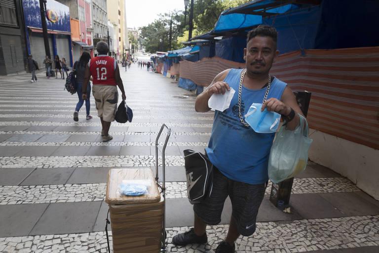 O ambulantes Antonio Marcos Bezerra vende máscaras na ladeira General Carneiro, próximo ao terminal de ônibus Dom Pedro II