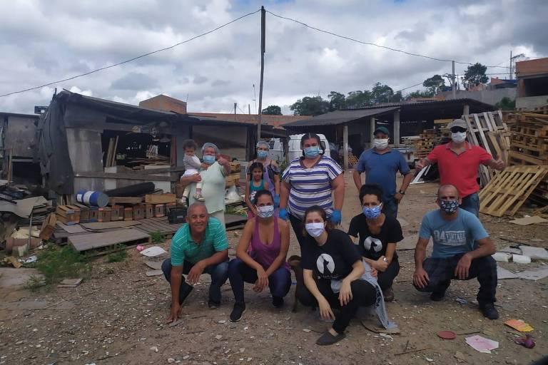 Dupla doa 4.000 quilos de alimentos para comunidade em SP