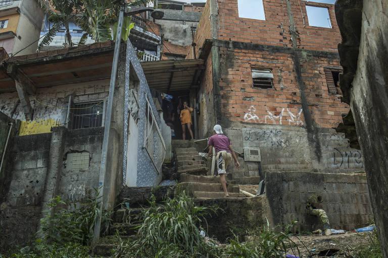 Manicures e diaristas à espera do auxílio emergencial atrasam aluguel e economizam comida