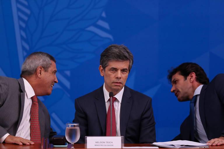 Nelson Teich durante entrevista coletiva, cercado dos ministros Braga Netto (Casa Civil) e Marcelo Alvaro Antonio (Turismo)