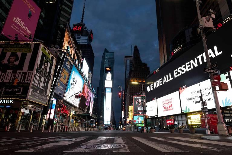 A Times Square, em Nova York, quase deserta nas primeiras horas da manhã de 23 de abril de 2020 devido à pandemia de coronavírus