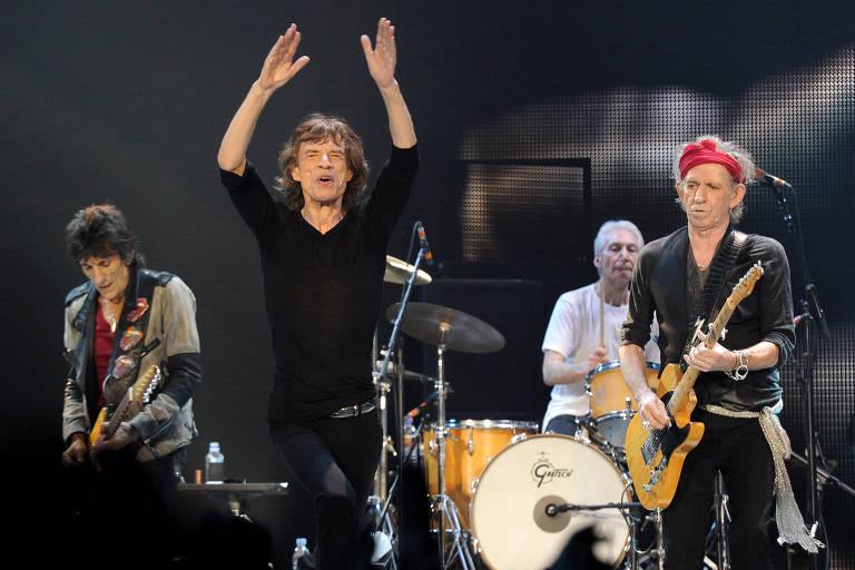 banda de rock em cima do palco