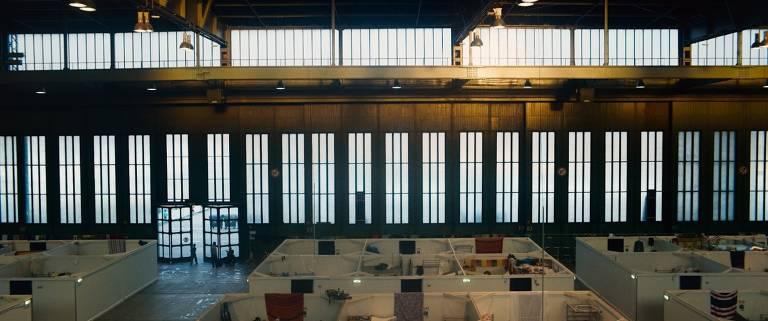 Documentário de Karim Aïnouz mostra aeroporto que virou maior abrigo de refugiados da Alemanha