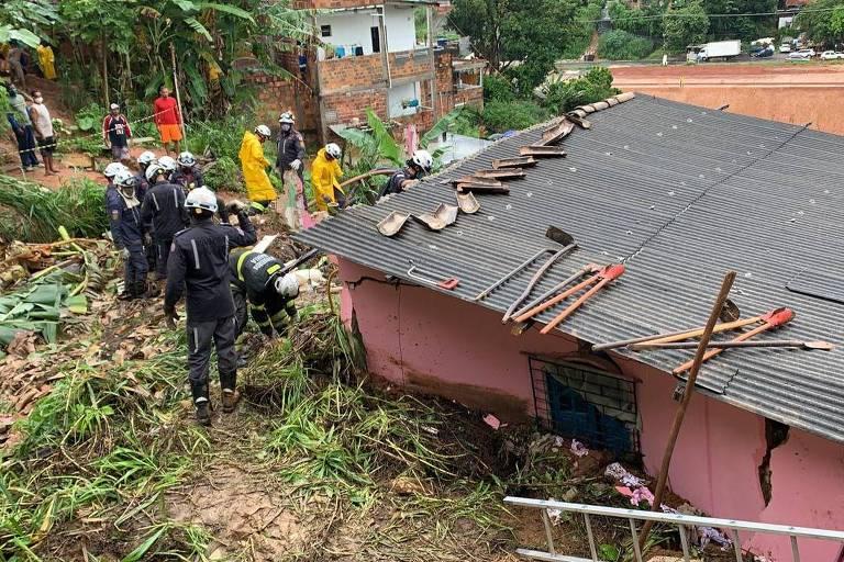 Bombeiros trabalham após deslizamento em Salvador, que matou a diarista Maria da Conceição Fraga Teixeira e sua neta Maria Eduarda, de quatro meses