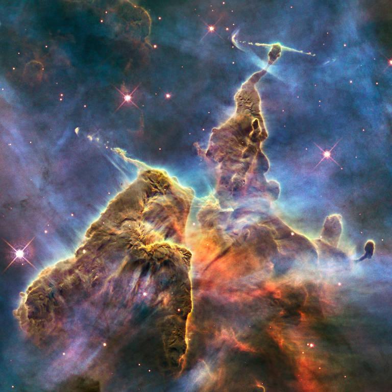 Esta imagem feita pelo telescópio Espacial Hubble registra a atividade caótica no topo de um pilar de gás e poeira cósmico, o ciclo turbulento fica dentro da Nebulosa Carina
