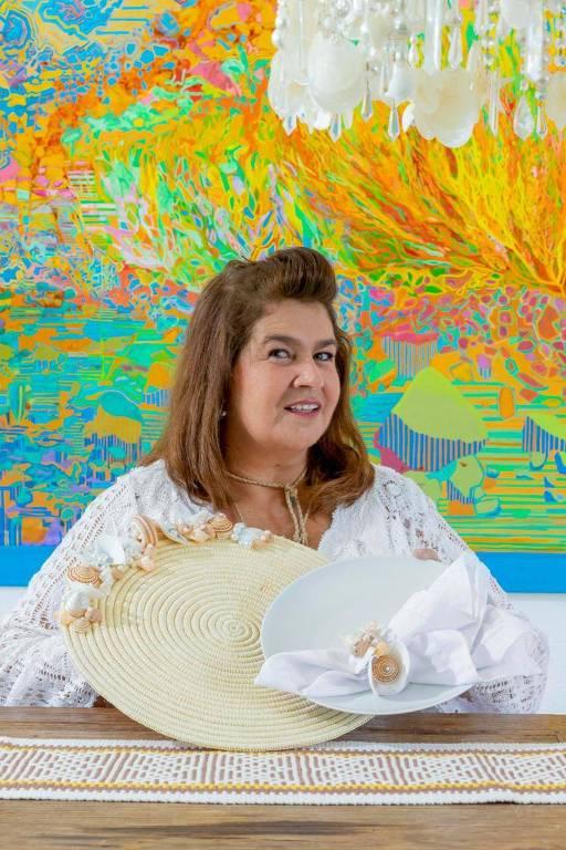 A estilista Martha Medeiros, em parceria com o Magazine Luíza, criou a Casa Martha Medeiros, loja online que busca revender a preço de custo produtos de artesãs nordestinas prejudicadas pela crise do coronavírus