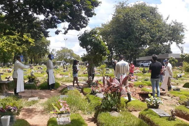 Velório no cemitério Parque das Flores, em Recife; funcionários usam máscaras