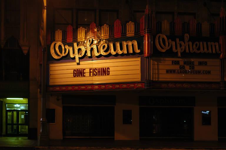 Veja imagens de cinemas fechados em abril nos EUA