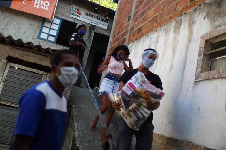 Pessoas de máscara no Rio, onde o uso do acessório passou a ser obrigatório