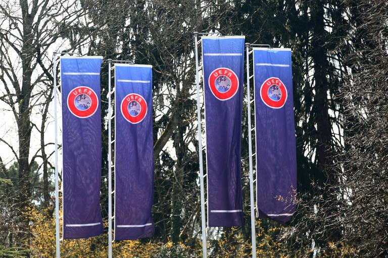 Bandeiras da Uefa em frenta à sede da entidade, em Nyon, na Suíça