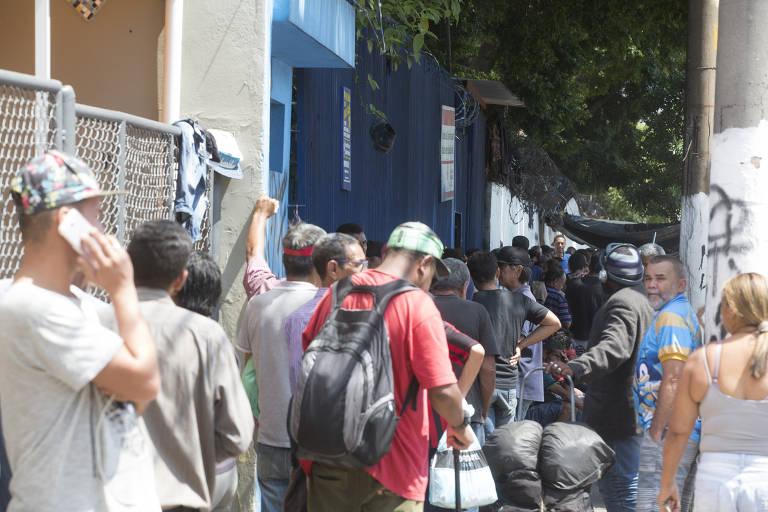 Moradores de rua fazem fila em centro de acolhida na Barra Funda, zona oeste de SP