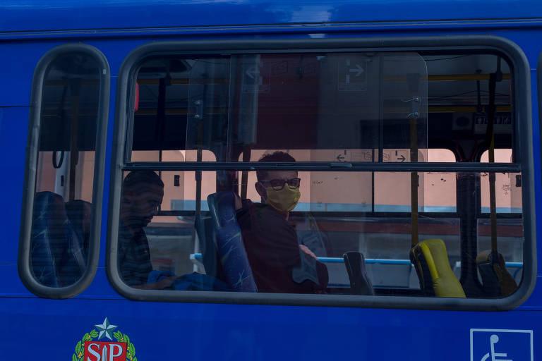 No centro de Guarulhos, parte da população já usa máscaras de proteção contra o novo coronavírus, enquanto outra parcela ainda resiste ao equipamento de proteção; assim como já fizeram outras 13 cidades do estado, o município da Grande São Paulo passará a obrigar o uso a partir da próxima segunda-feira (27)