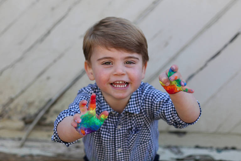 Principe Louis com as mãos pintadas