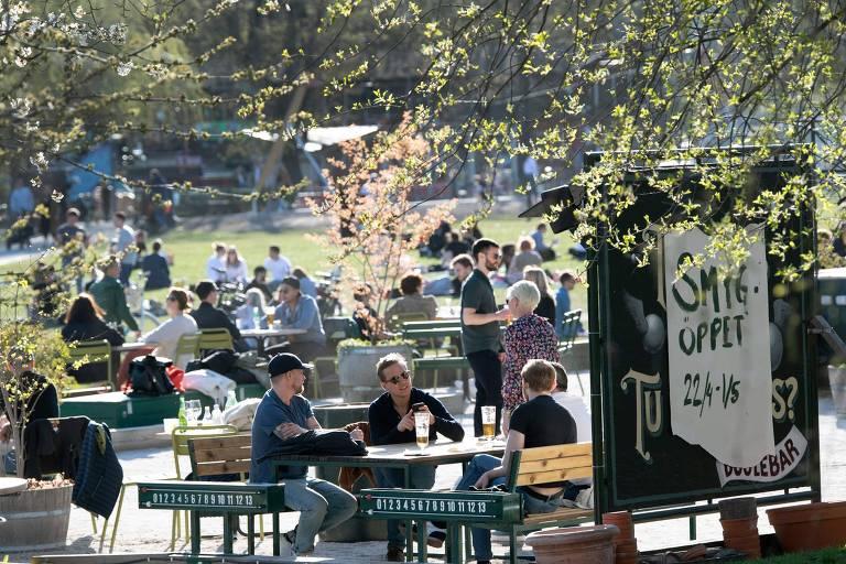 Suecos aproveitam calor em restaurante ao ar livre em Estocolmo