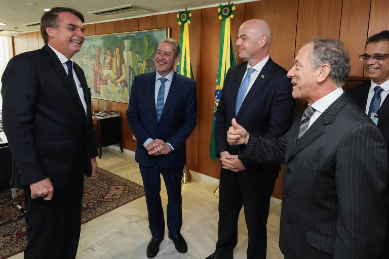O presidente Jair Bolsonaro defende a volta do futebol, mas diz que decisão não cabe ao governo federal