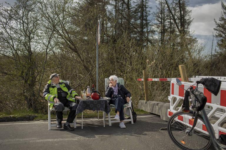 Karsten Tüchsen Hansen, 89, e Inga Rasmussen, 85, em um dos encontros diários na fronteira entre Dinamarca e Alemanha