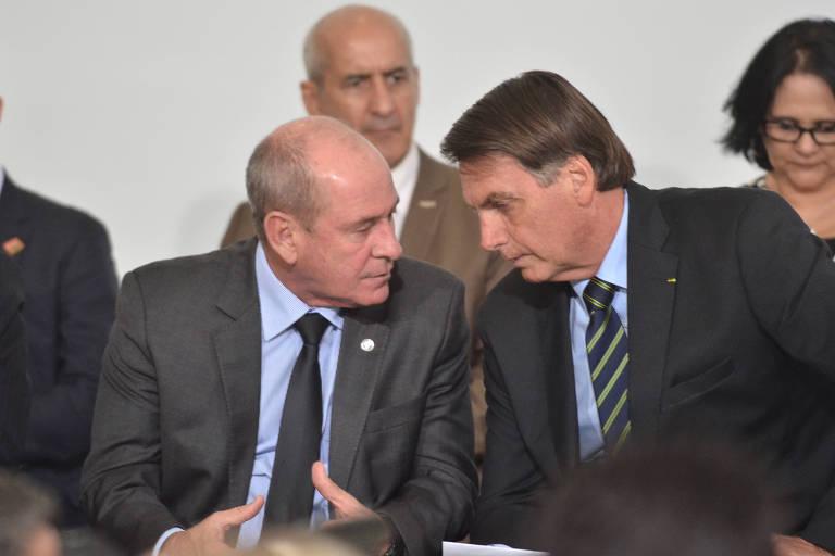 Bolsonaro conversa com o ministro da Defesa, Fernando Azevedo, em solenidade em março