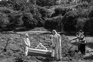 Enterro na área reservada para vítimas de Covid-19 no cemitério São Luiz (SP)