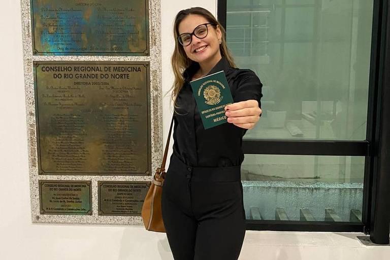 Letícia Eberlin, que se formou antecipadamente no último dia 16, ao fazer seu registro no Conselho Regional de Medicina