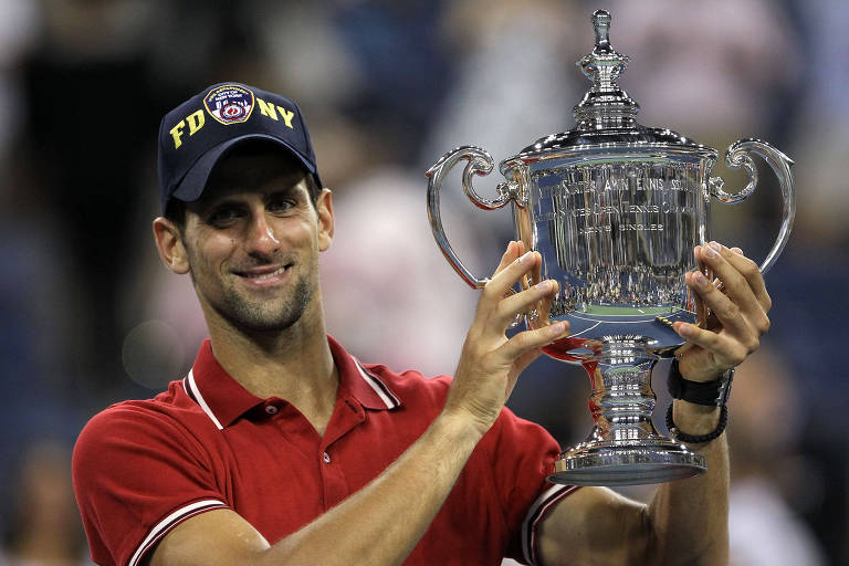 Novak Djokovic com a taça de campeão do US Open de 2011