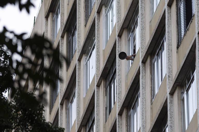 Pessoa bate panela na janela em um prédio na Avenida Nove de Julho, no bairro de Bela Vista, durante pronunciamento do Presidente da República, Jair Bolsonaro, após a demissão do ex-ministro da Justiça e Segurança Pública Sergio Moro