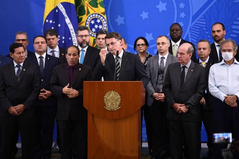 Bolsonaro, ministros e apoiadores durante o pronunciamento do presidente sobre a crise