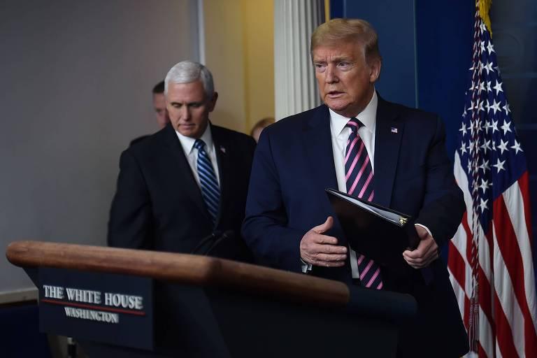 Donald Trump, à dir., e o vice Mike Pence chegam para entrevista coletiva sobre coronavírus na Casa Branca