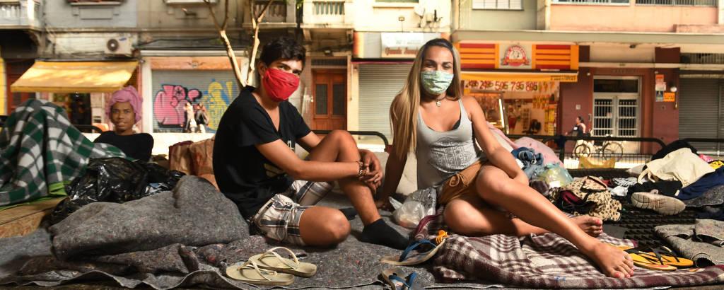 Ariadna Bruneli Lima de Oliveira, 23, e Lucas de Souza Oliveira, 23, e Duda (ao fundo) na Casa de Vidro do Minhocão, em SP