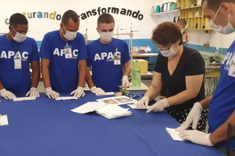 Voluntários vestidos de camisetas azuis se reunindos