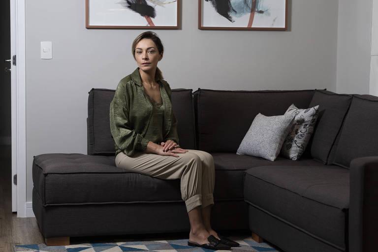 Tatiane sentada em um sofá