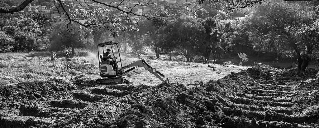 Escavadeira abre novas covas na área reservada para receber vítimas da Covid- 19 no cemitério São Luiz, zona sul de São Paulo