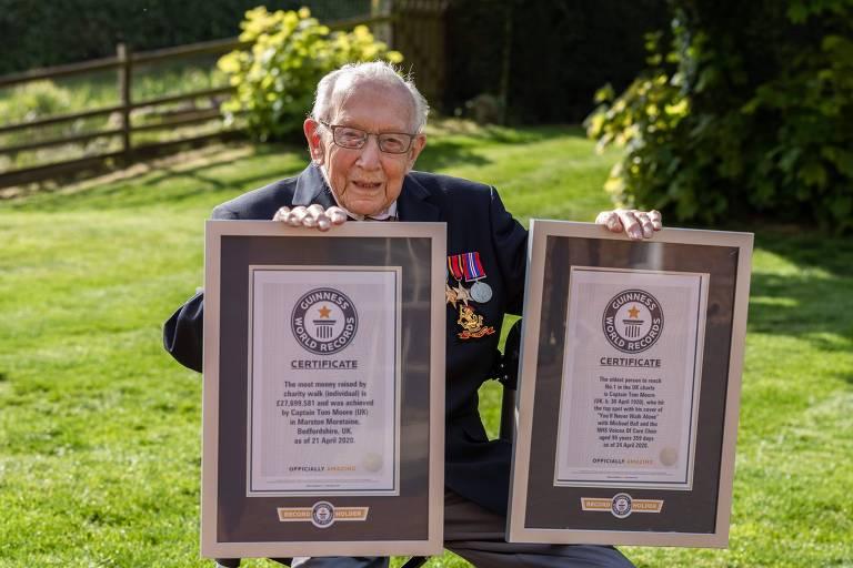 Tom Moore mostra certificados do Guinness Book