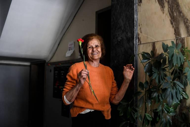 senhora com flor na mão na f