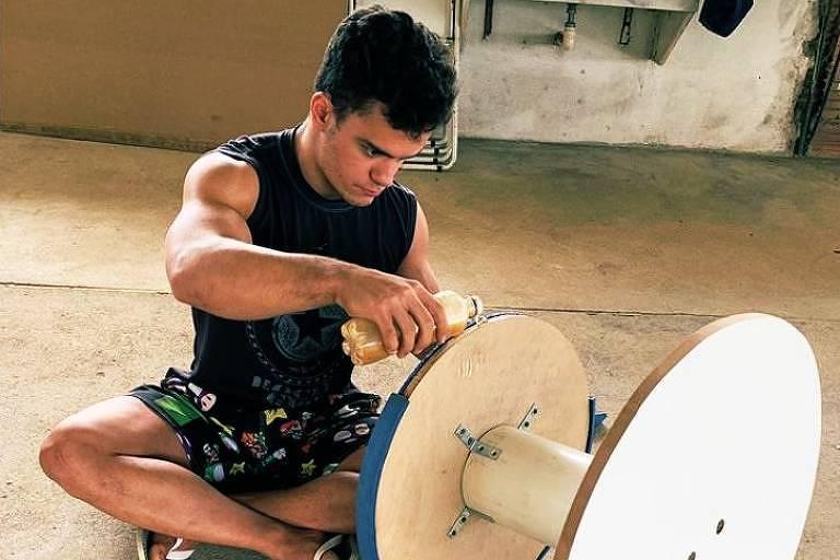 O ginasta Caio Souza trabalha na produção do cogumelo, que ajuda a simular o movimento do cavalo com alças