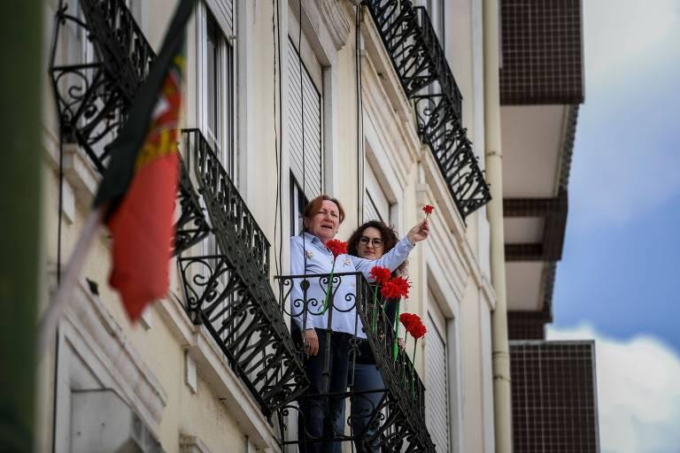 Portugueses celebram das janelas o dia da Revolução dos Cravos - 25/04/2020 - Mundo - Folha