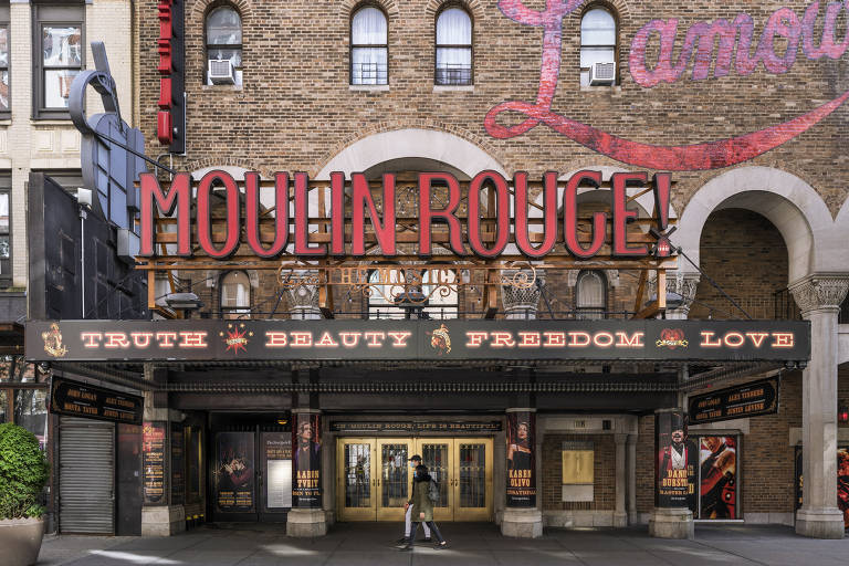 Um mês fechados, teatros da Broadway exibem cartazes de peças que talvez nunca estreiem